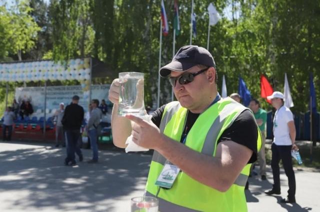 Проверка уровня воды в кружке до и после круга на автобусе помогла выявить победителя.