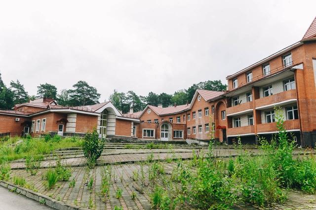 Здания детского лагеря «Орленок» несколько лет не отапливались, поэтому, чтобы их достроить, нужно сначала выполнить техническое обследование.