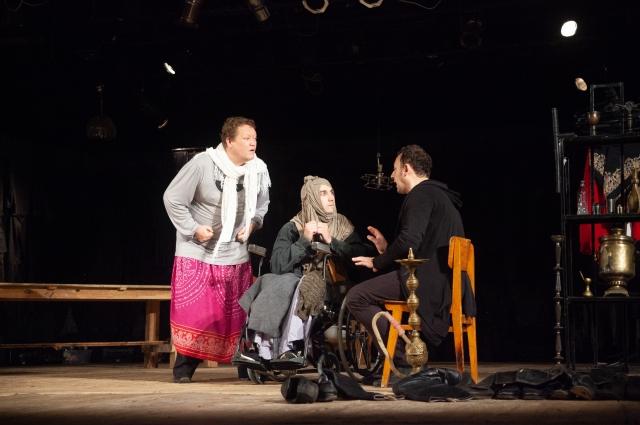 Театр трёх актёров.