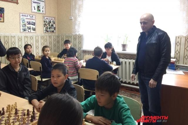 Парламентарии осмотрели кабинеты и пообщались с детьми.