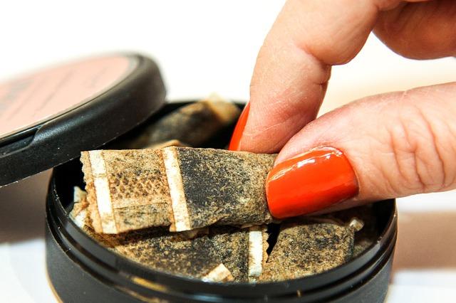 Изначально снюс - это табак для рассасывания. После запрета его превратили в бестабачную никотиновую смесь, которую теперь добавляют в конфеты.