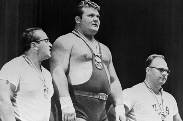 Советские тяжелоатлеты Юрий Власов, Леонид Жаботинский и американец Норберт Шеманский (слева направо) во время вручения наград на XVIII Олимпийских играх в Токио. 1964 год.