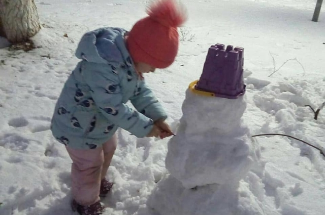 В Оренбуржье снега хватило для того, чтобы слепить настоящих снеговиков.