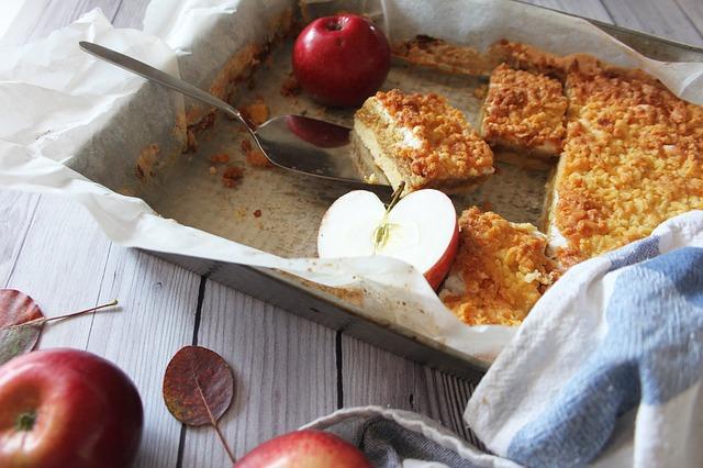 Побалуйте своих близких яблочным крипсом. Этот пирог подается с мороженым.