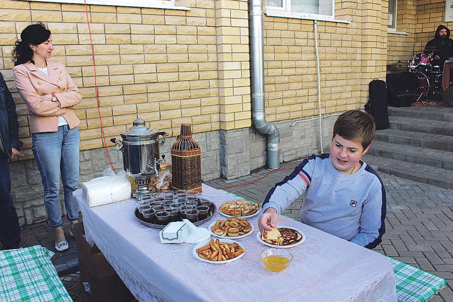 Богдан Топорков приходит с родными на ярмарку и ест мёд с блинами с трёхлетнего возраста, при этом говорит: «Всё очень вкусно!»