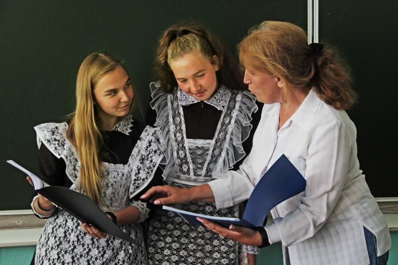 Марина Андреева обсуждает ученические работы со старшеклассницами Валерией Кулыговой и Анастасией Силантьевой.