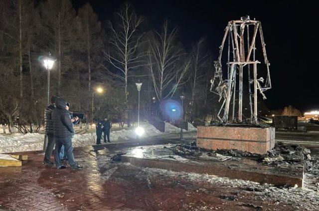 Памятник, который должен создаваться на века, сгорел, как спичка.