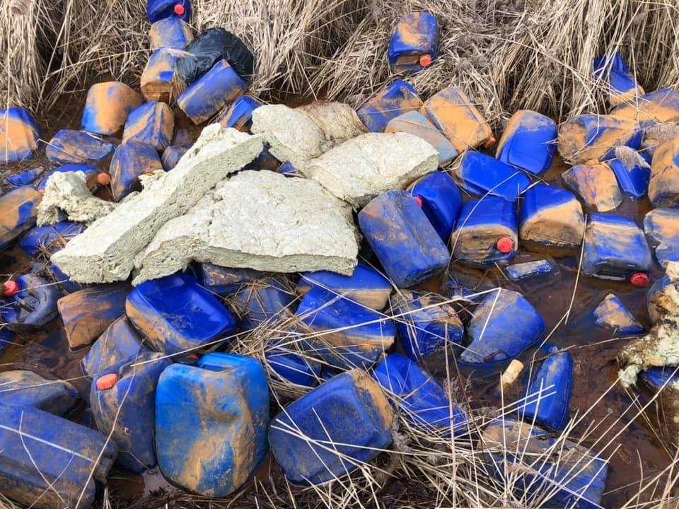 Бутылки с неизвестным веществом