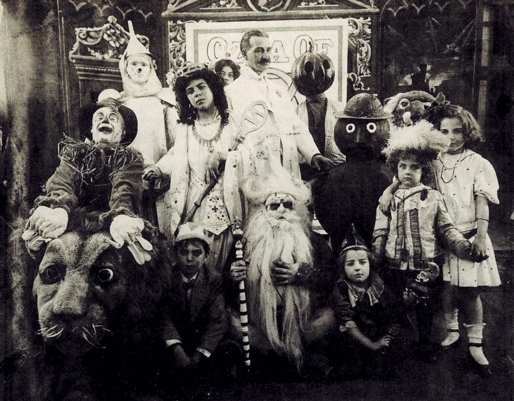Лаймен Баум в окружении созданных им персонажей.