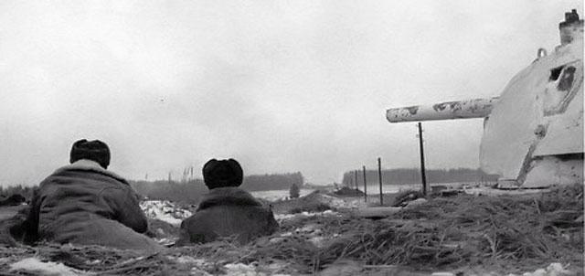 Танк Т-34 на дальних подступах к столице, в районе Волоколамского шоссе, Западный фронт. Ноябрь 1941 года