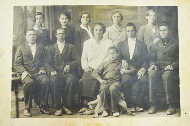 Любовь Тарасова хранит фото своих предков, сделанное в 30-х годах.
