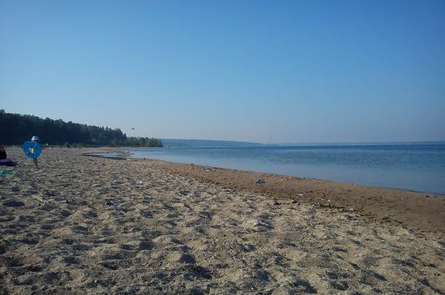 На берегу Обского моря пляж.