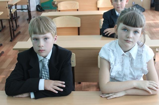 Всё большеучеников начинают носить школьную форму.