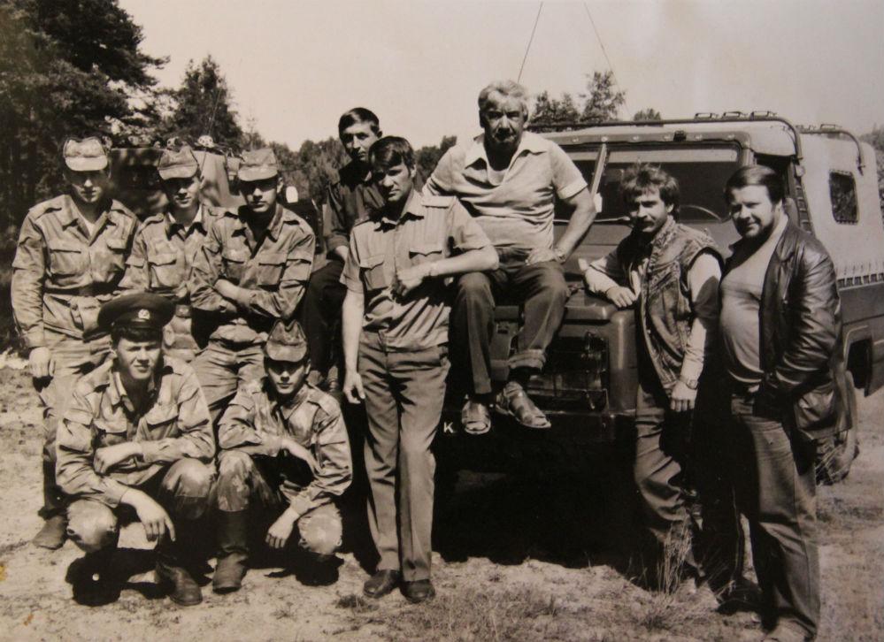 Владимир Пьянов (крайний справа) с экипажем «Бакла- на» и пограничниками одной из памирских застав.