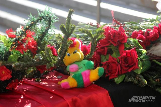 К месту взрыва до сих пор приносят игрушки и живые цветы