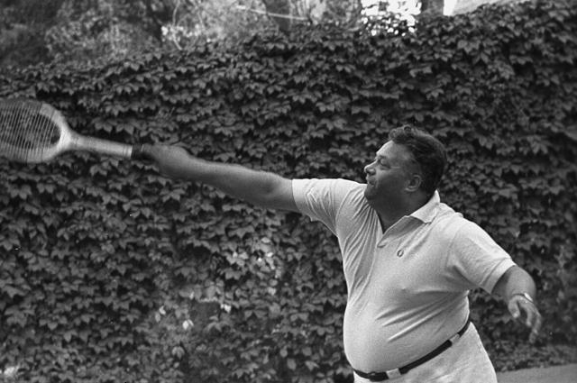 Спортивный комментатор радио и телевидения Николай Озеров во время игры в теннис. 1968 год.