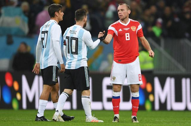 Пауло Дибала, Лионель Месси и Денис Глушаков в товарищеском матче между сборными командами России и Аргентины.
