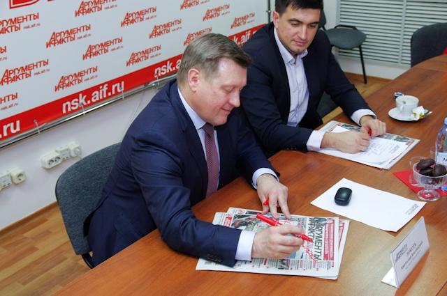 Мэр подписывает новогоднее пожелание редакции
