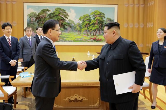 Представитель Южной Кореи Чон Ый Ён и Ким Чен Ын