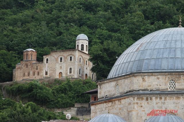 Сербские церкви в Призрене стоят без крестов — их только недавно очистили от гари после погромов 2004 г.