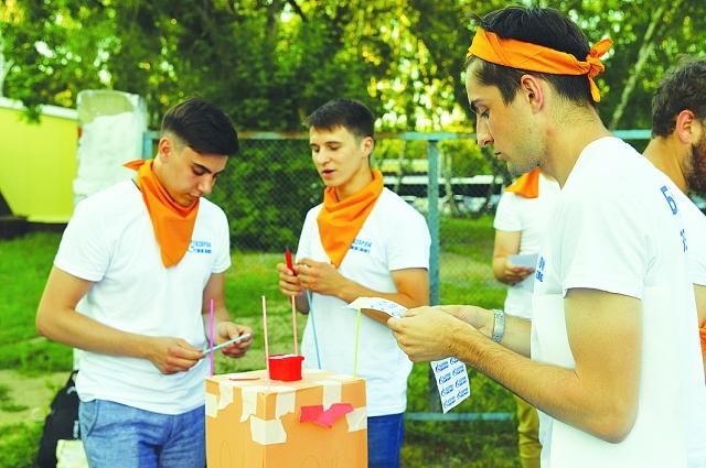 Молодых специалистов посвящают в нефтяники.