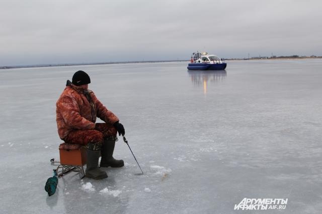 Зимняя рыбалка - опасное времяпрепровождение, если пренебрегать правилами нахождения на льду.