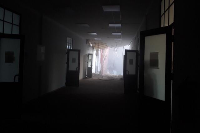 Раздался грохот, и свет во всем корпусе погас.