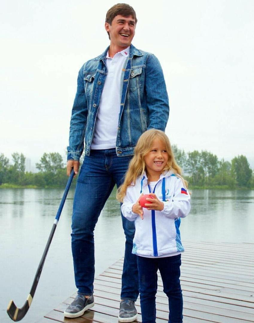 Знаменитый хоккеист Сергей Ломанов - тоже друг Златы.