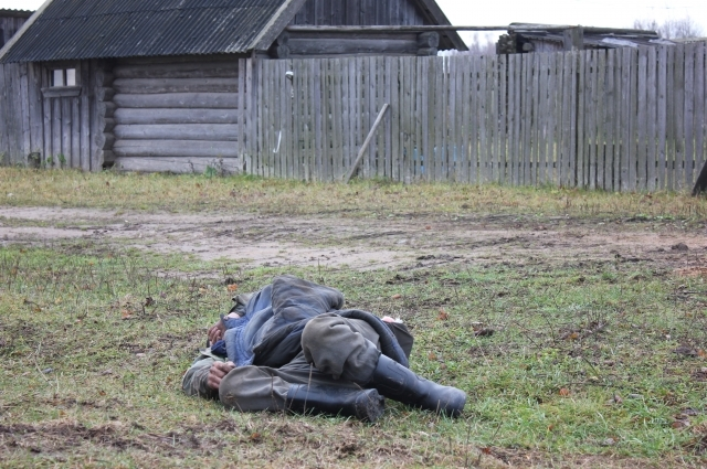Пьяный мужчина. Фото сделано в одной из деревень Тверской области.