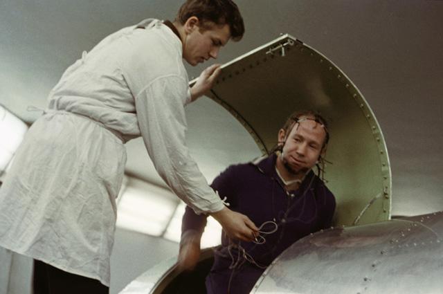 Алексей Леонов садится в кабину центрифуги во время тренировок в Центре подготовки космонавтов. 1964 г.