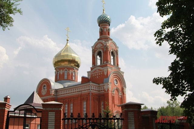 Рядом находится церковь, где семье оказывали посильную помощь.