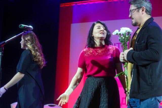 Индира Кодзасова вручает спецприз режиссёру Павлу Селину.
