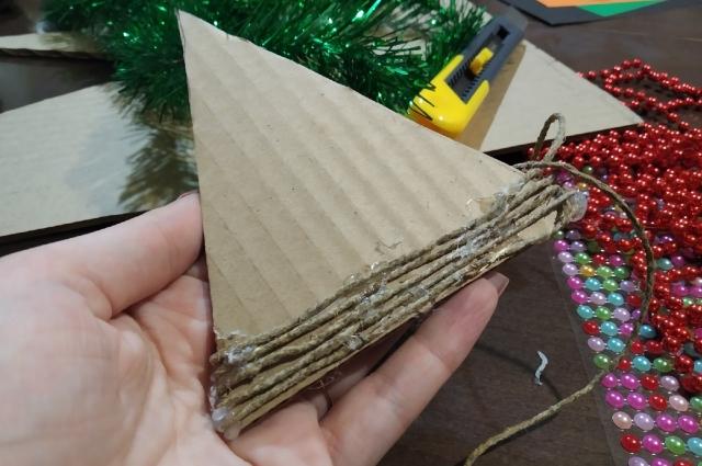 Джутовый шпагат нужно плотно обмотать вокруг картона.