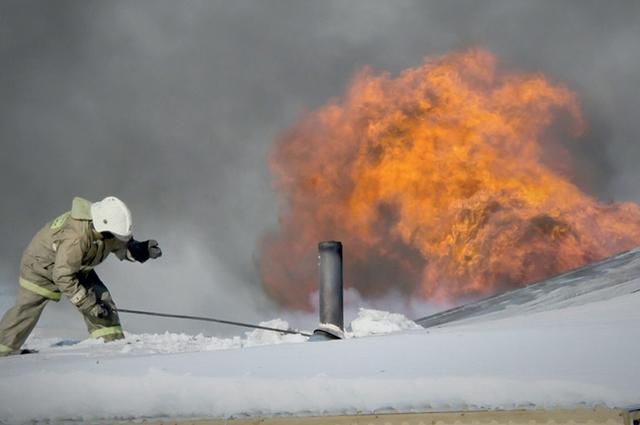 Зимой преимущественно горит частный сектор, где ещё используют печи, нагружают старую проводку электрообогревателями.