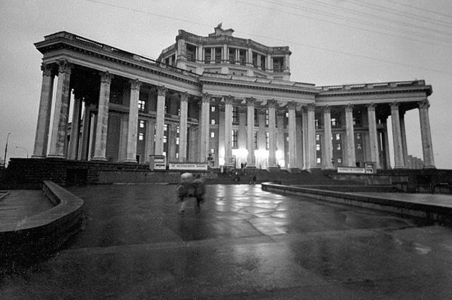 Здание Центрального театра Советской Армии на площади Коммуны. 1971 год