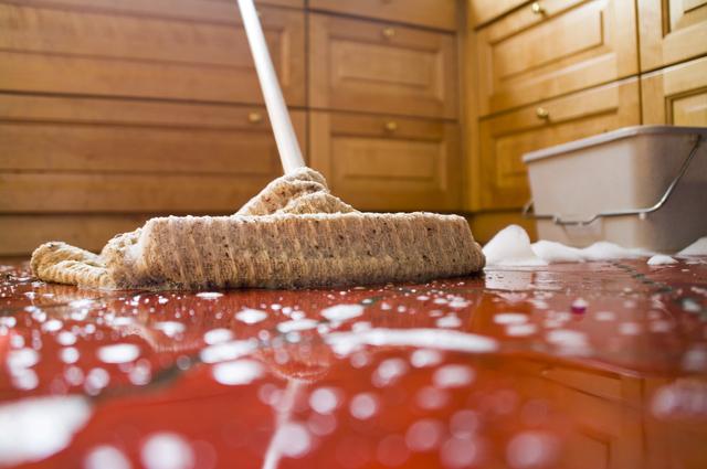 Мыть пол