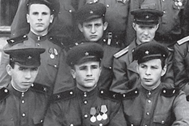 Василий Горбунов (в нижнем ряду, в центре) и сейчас помнит, как заряжать пулемет