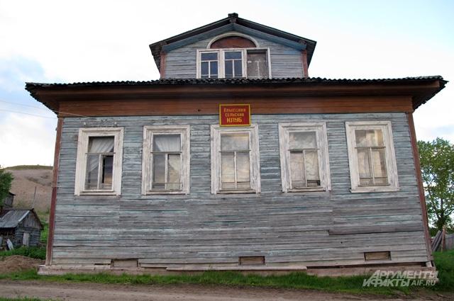 Примерно так выглядят лоцманские дома в деревне Лямца. От традиционной поморской постройки с высоким подклетом и маленькими окошками они отличаются действительно сильно. Больше всего эти дома похожи на городские усадьбы