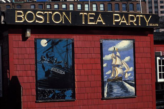 В ходе Бостонского чаепития было уничтожено 342 ящика с чаем общим весом 70000 фунтов