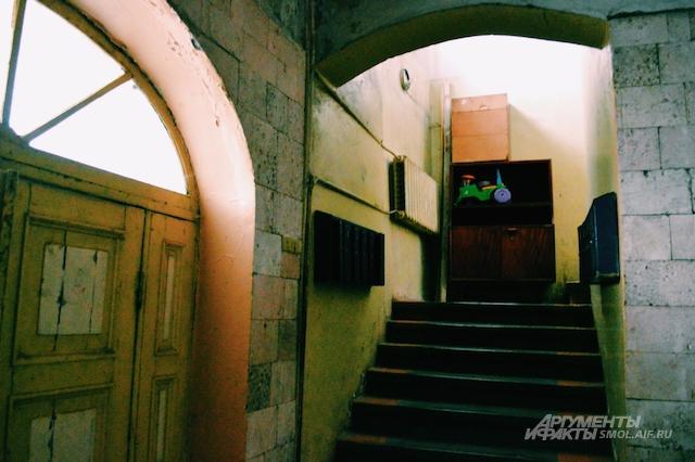 Подъезд сохранил очертания храма - своды под потолком и старинные стены.