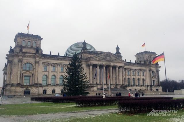 многие немецкие интеллектуалы отмечают, что этот перекос в сторону «запрещения прошлого» приводит к обратным результатам.