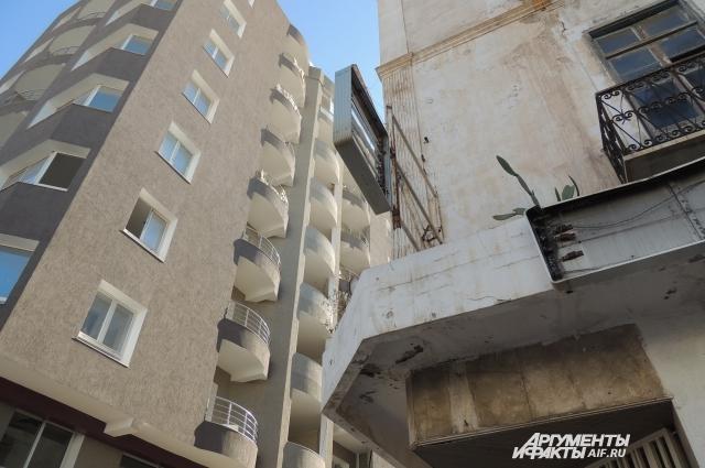 Здесь суперсовременные здания граничат с трущобами.