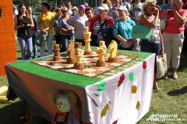 Шахматные фигуры из зёрен разнообразных злаков.