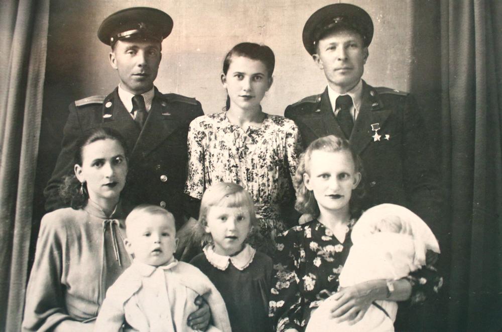 Семён Коновалов (стоит слева) с женой Надеждой (сидит слева), у которой на руках маленькая дочь Ирина. Житомир, 1954 год.