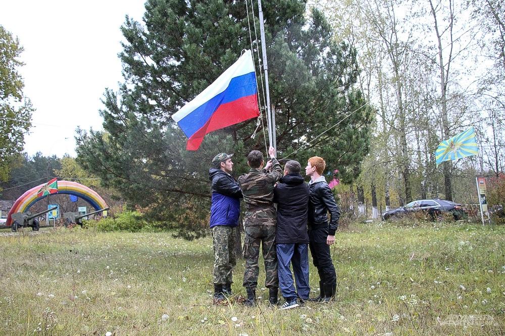 Честь поднять флаг выпала капитанам команд-участниц спортивного мероприятия.