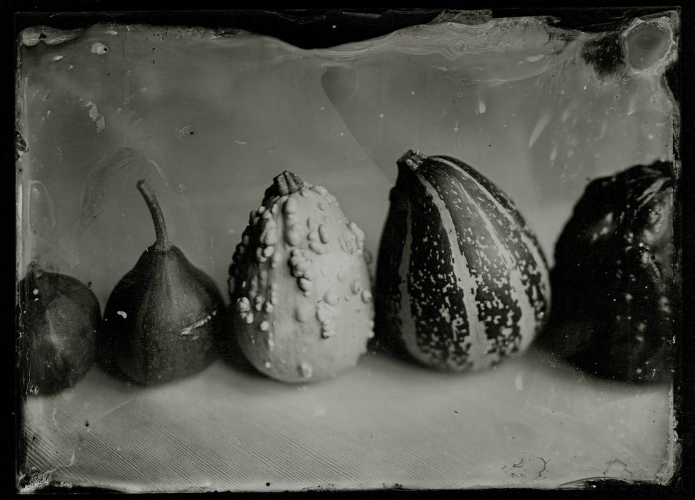 Когда смотришь на работы челябинского фотографа, будто кончиками пальцев ощущаешь все поверхности – бархатистость, шершавость или гладкость.
