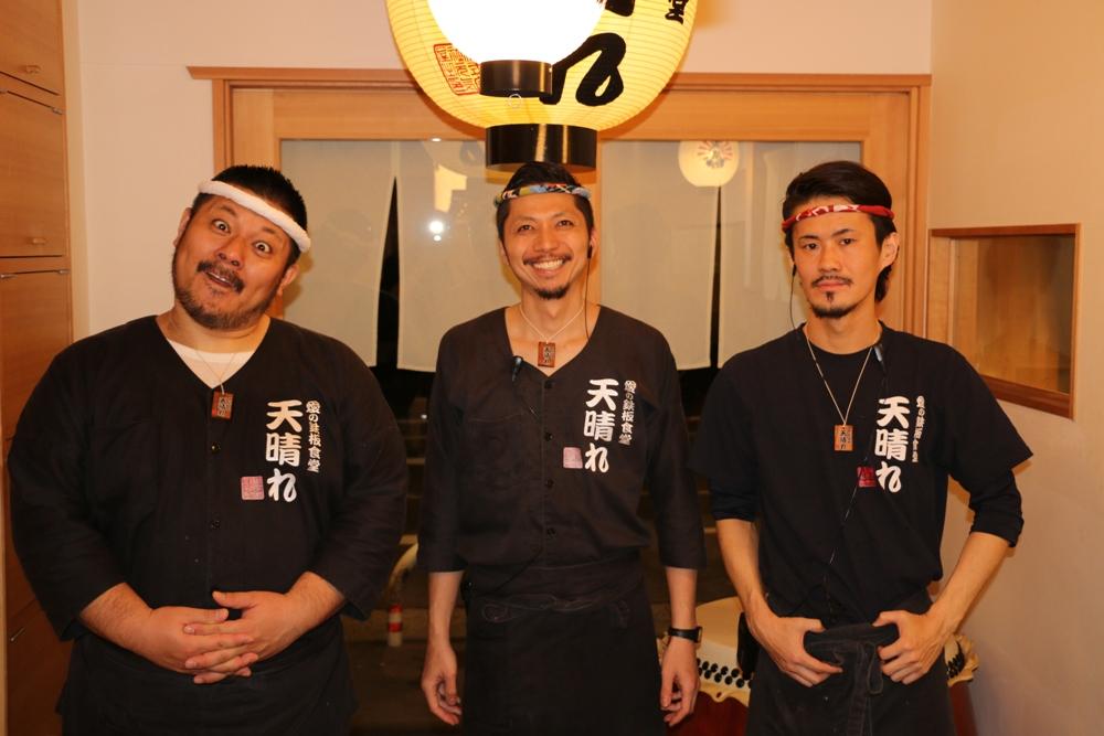 Японцы, в особенности работники различных заведений и госучреждений, всегда улыбаются другим людям.