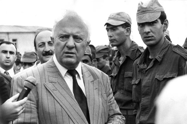 Эдуард Шеварднадзе в Сухуми во время военных действий. 1993 г.