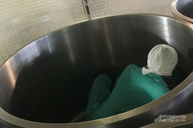 Для того чтобы помыть вагонетки, где потом мешают тесто, уборщицы залезают вних сногами прямо вгрязной обуви.