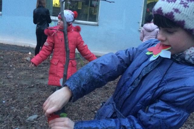 Дети с удовольствием приступили к озеленению всего вокруг.